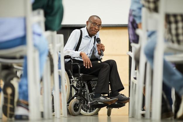 Scienziato nero disabile riuscito che affronta conferenza
