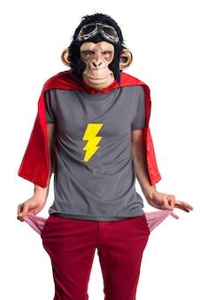Scimmia rovinata dall'uomo guarda denaro nelle tasche