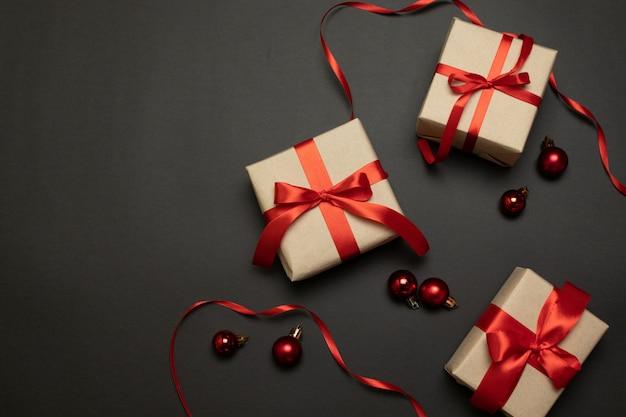 Scintille dell'oro dei contenitori di regalo della carta di celebrazione di natale del nuovo anno con le palle di natale