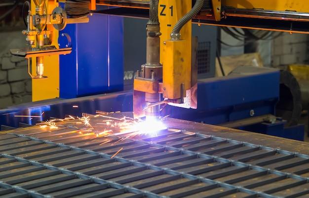 Scintille di metallo. taglio laser e plasma industriale di lamiera d'acciaio