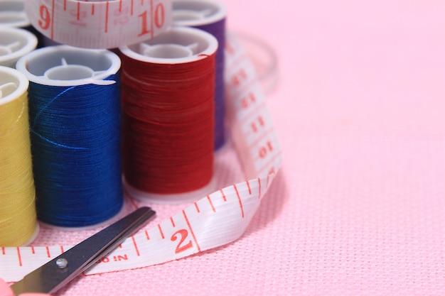 Scissor, filo, metro per sarti, forbici a sfondo rosa