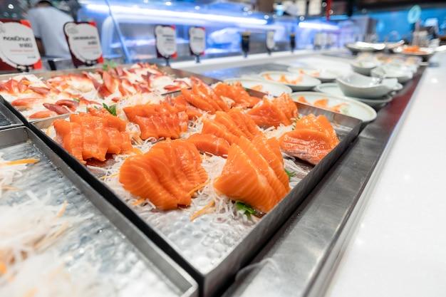 Scivoli di pesce disposti in vassoi, ristoranti giapponesi