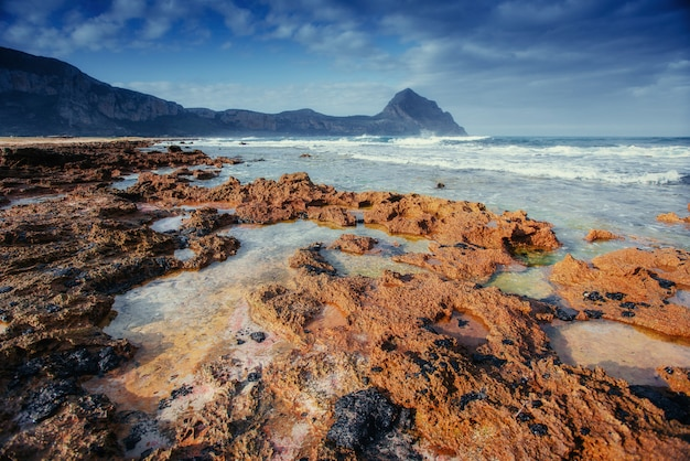 Scogliera costiera rocciosa capo milazzo. sicilia