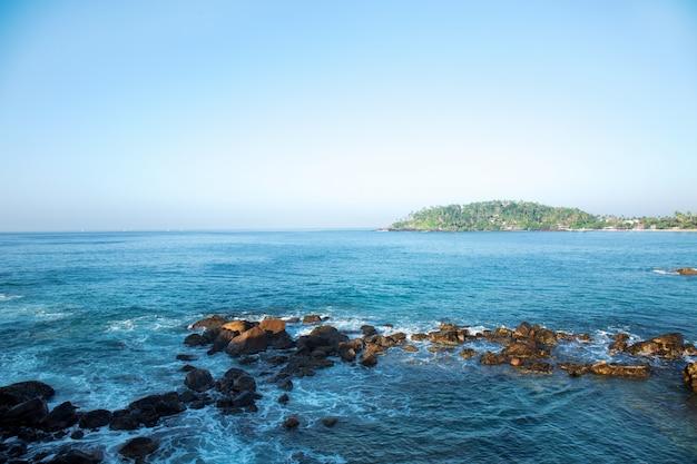 Scogliera dall'oceano indiano