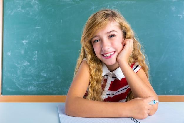 Scolara felice di espressione dello studente in aula