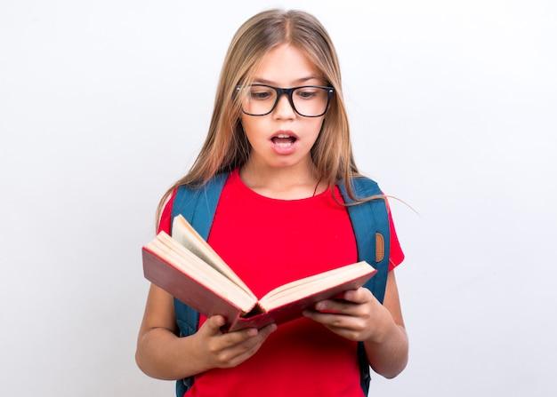 Scolara scioccata con il libro