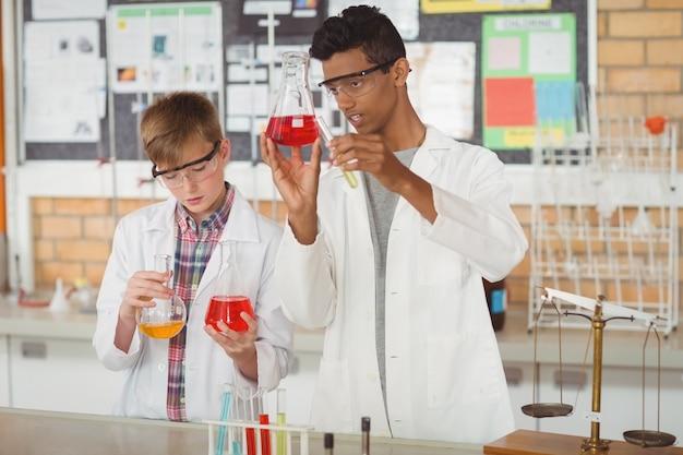 Scolari attenti che fanno un esperimento chimico in laboratorio