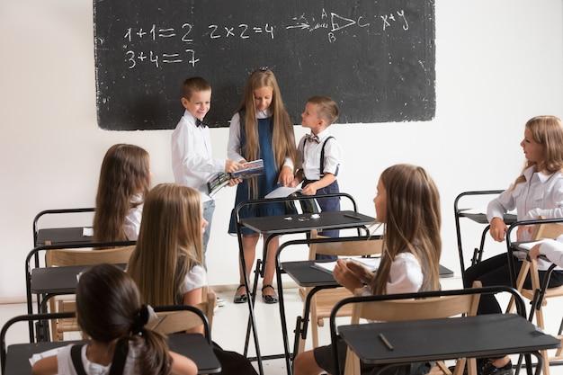 Scolari in aula a lezione.