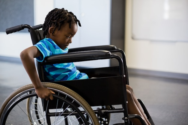 Scolaro seduto sulla sedia a rotelle