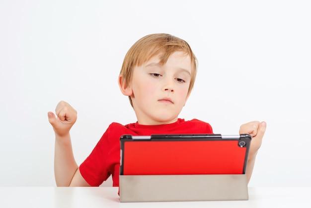 Scolaro stanco che studia da casa. apprendimento remoto online. educazione a distanza per bambini