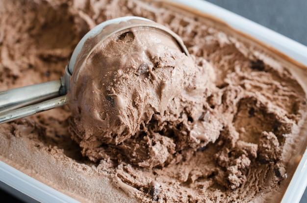 Scoop con deliziosa palla di gelato al cioccolato