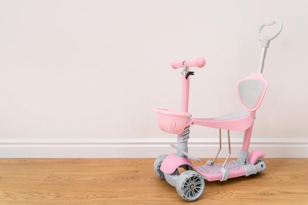 Scooter rosa per un bambino. attività estiva per i bambini.