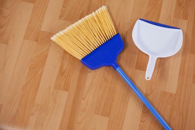Scopa e paletta per spazzare ampie sul pavimento di legno