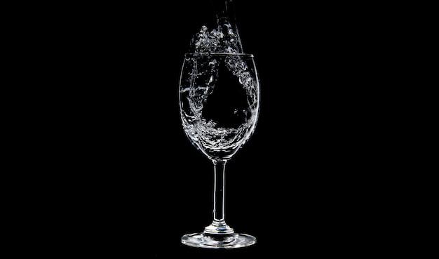 Scorrimento dell'acqua che si riempie nei vetri di vino