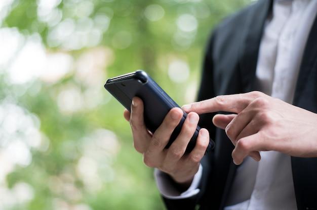 Scorrimento dell'uomo d'affari sul suo telefono