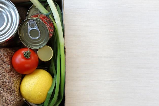 Scorte alimentari crisi alimentare per periodo di isolamento in quarantena su sfondo chiaro.
