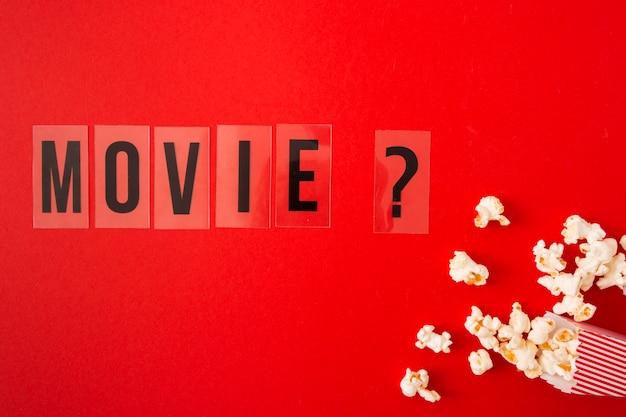 Scritta di film piatto laico su sfondo rosso