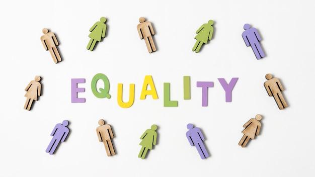 Scritta di uguaglianza con le persone nei dintorni