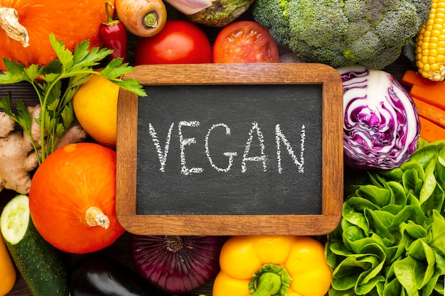 Scritta vegana piatta sulla lavagna