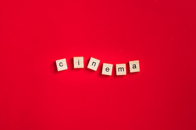 Scritte cinema piatto laici su sfondo rosso