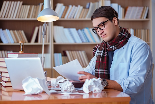 Scrittore giovane che scrive in biblioteca