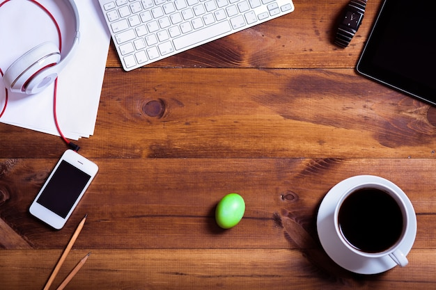 Scrittorio del lavoro di affari e fondo multicolore felice delle uova di festa di pasqua