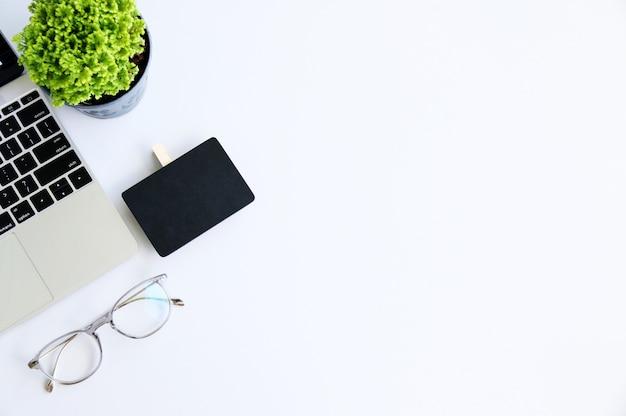 Scrittorio dell'area di lavoro con il concetto del computer portatile e di affari e di tecnologia spazio per il vostro testo