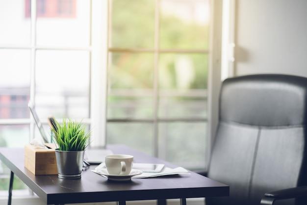 Scrittorio di vista superiore del tavolo da lavoro in ufficio