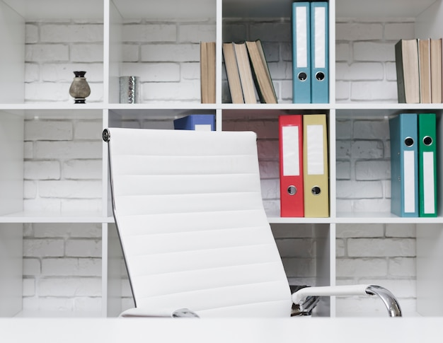 Scrittorio minimalista moderno del primo piano