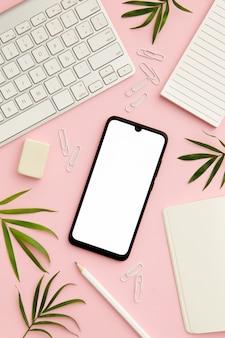 Scrittorio rosa della donna lavoratrice con il telefono