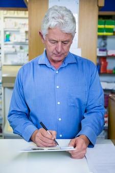 Scrittura del farmacista negli appunti