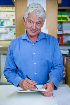 Scrittura del farmacista sulla lavagna per appunti in farmacia