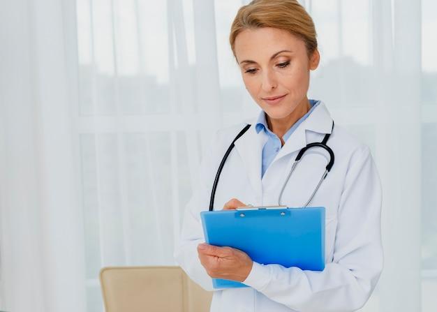 Scrittura del medico sul colpo medio della lavagna per appunti