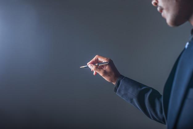 Scrittura dell'uomo d'affari con un pennarello
