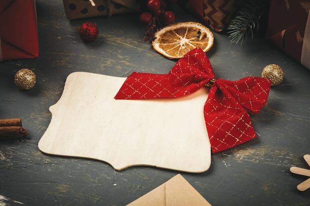 Scrittura della cartolina d'auguri d'annata di stile di festa sulla tavola di legno, spazio della copia