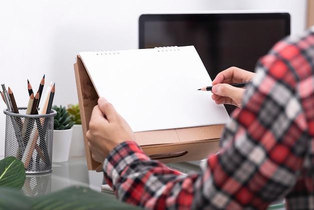 Scrittura della mano di affari per lavoro e programma questo mese. pianificatore del lavoro del piano di incontro. calendario mockup.