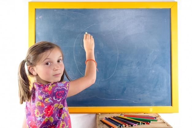 Scrittura della scolara su una lavagna