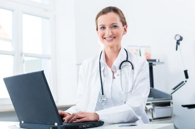 Scrittura femminile del medico sul pc nella sua clinica