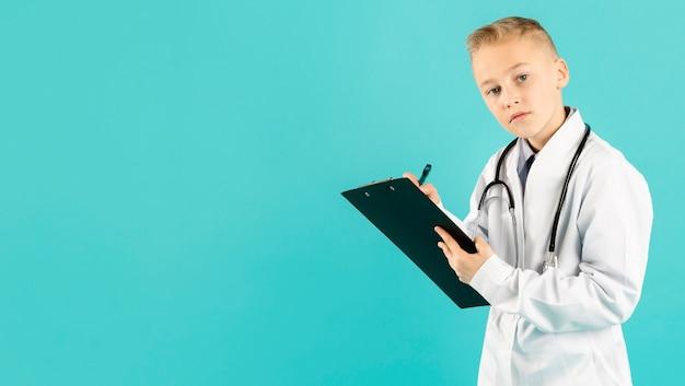 Scrittura giovane medico laboriosa