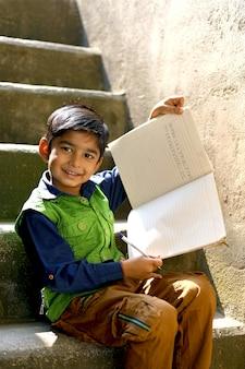 Scrittura indiana del bambino sul taccuino