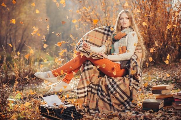 Scrittura vaga della donna nel parco di autunno