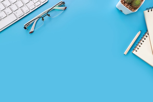 Scrivania blu vista dall'alto con il computer