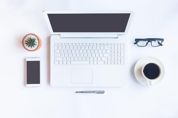 Scrivania con articoli per ufficio