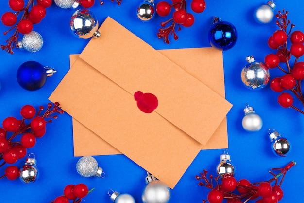 Scrivania con busta e decorazioni natalizie. disteso. modello