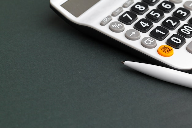 Scrivania con calcolatrice e penna