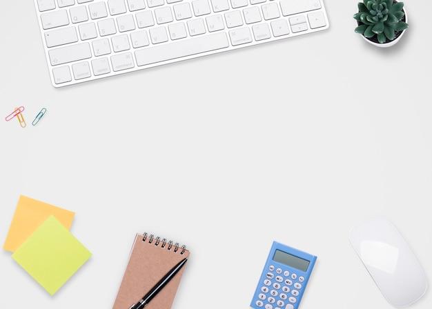 Scrivania con computer portatile e articoli per ufficio. vista dall'alto con spazio di copia, piatto disteso