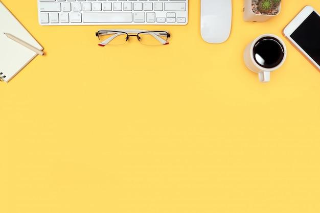 Scrivania con computer su giallo