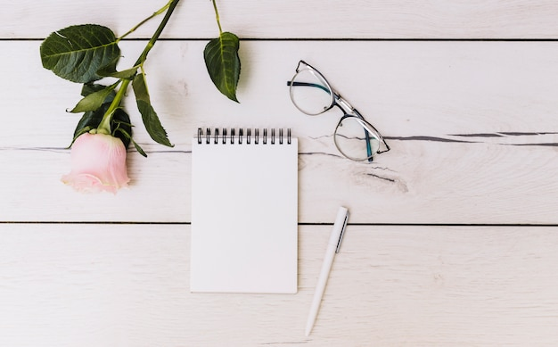 Scrivania con oggetti