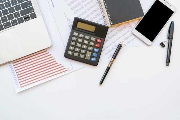 Scrivania con strumenti per ufficio e gadget