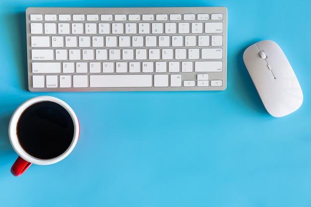 Scrivania con tastiera, mouse e tazza di caffè